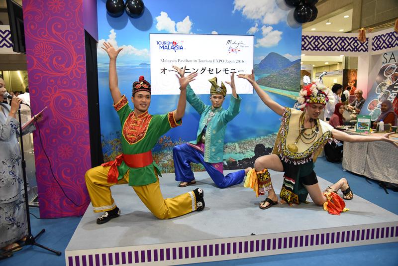 ジョホール州立舞踊団によるマレーシア舞踊を披露