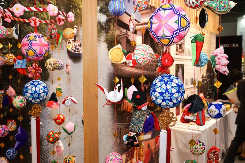 福岡県南部の柳川市に伝わる風習の「さげもん」と呼ばれる吊るし雛。福岡市、久留米市、西鉄グループのブースにて