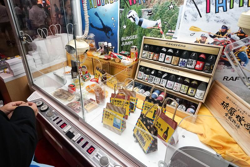 熊本の名産品やアクティビティが当たるクレーンゲームにチャレンジ