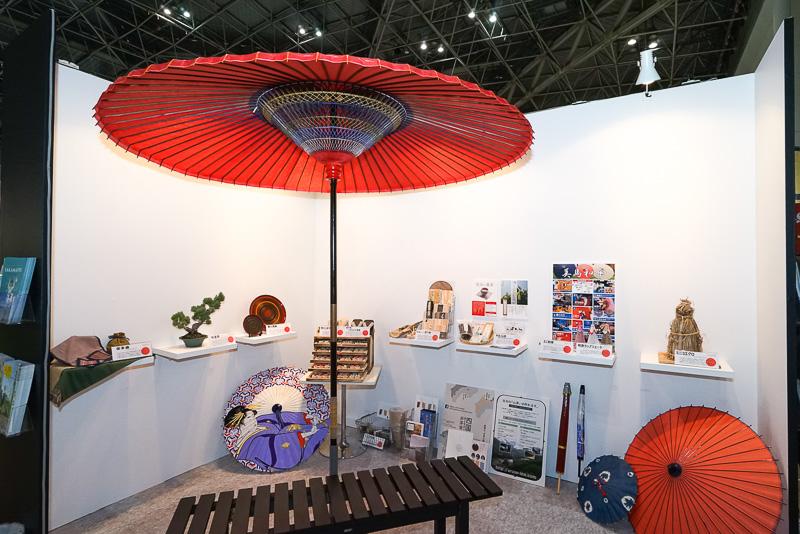 和傘が印象的なブース内には伝統工芸品などの展示コーナー