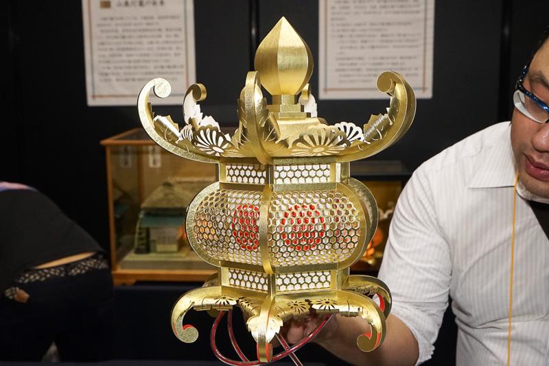 山鹿灯籠は和紙と糊だけで立体的に組み上げている。とても軽いのが特徴