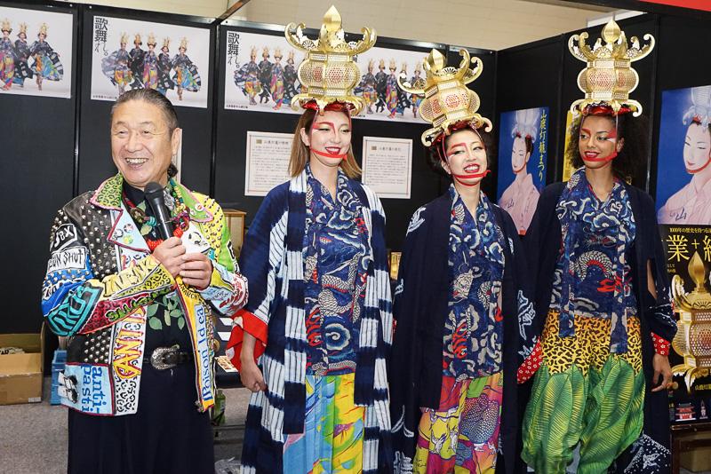 「山鹿元気プロジェクト」のアドバイザーとしてブースに登場した山本寛斎さんと、KANSAIファッションガールズ