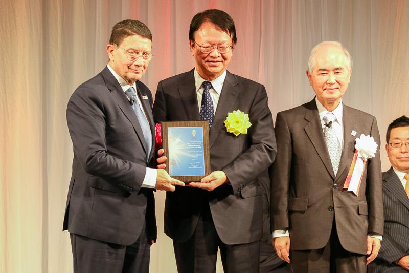 写真左からUNWTO事務局長タレブ・リファイ氏、KNT-CTホールディングス株式会社 代表取締役社長 戸川和良氏、山口氏