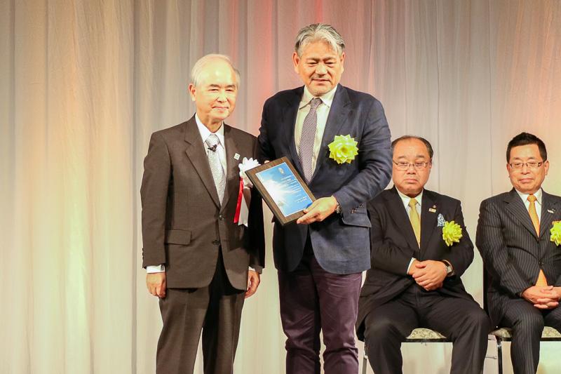 山口氏(左)と一般財団法人沖縄観光コンベンションビューロー 会長 平良朝敬氏(右)