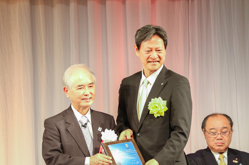 山口氏(左)から日本航空株式会社 常務執行役員 二宮秀生氏へ賞が贈られた