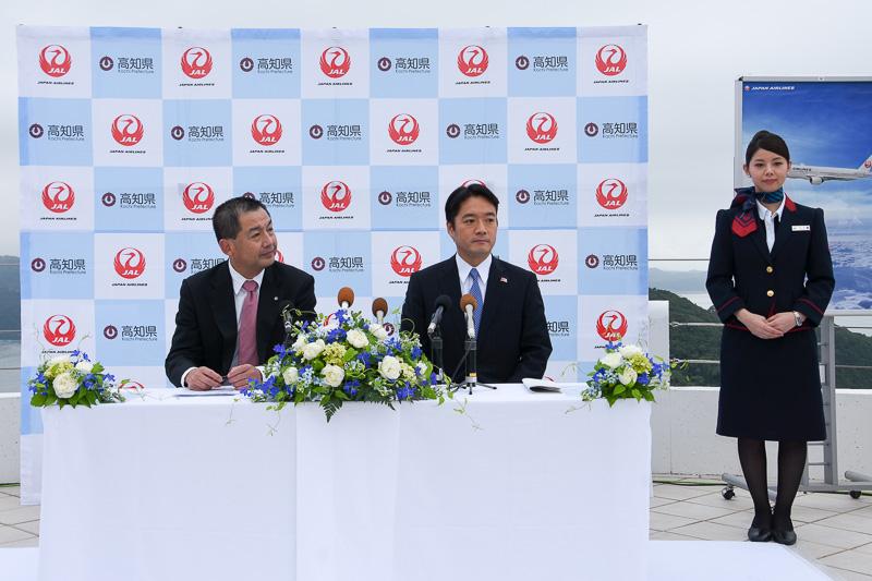 日本航空株式会社 取締役会長 大西賢氏(左)と、高知県知事 尾﨑正直氏による記者会見を土佐市の「ヴィラ サントリーニ」で実施