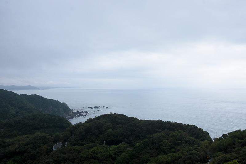 小高い山の上に見える白い建物がヴィラ サントリーニ。目の前には土佐湾が広がっている