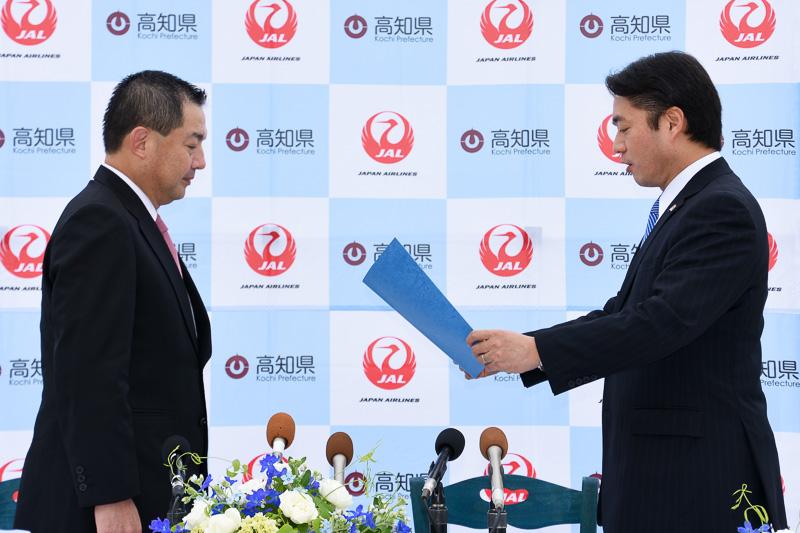 高知県の尾﨑知事からJAL大西会長への、観光特使委嘱状贈呈式