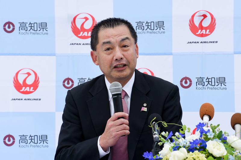 贈られた「高知家」ピンバッジを着けて挨拶する日本航空株式会社 取締役会長 大西賢氏