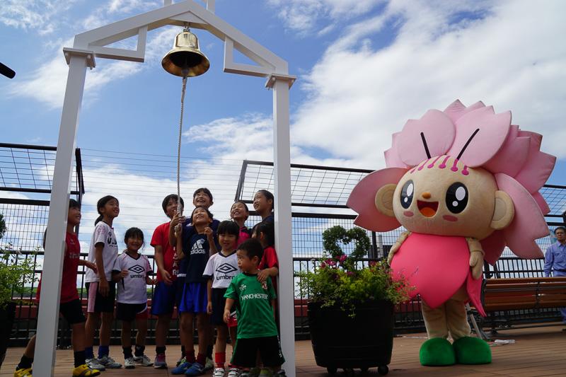長崎空港の屋上展望デッキに設置された「幸せの鐘」