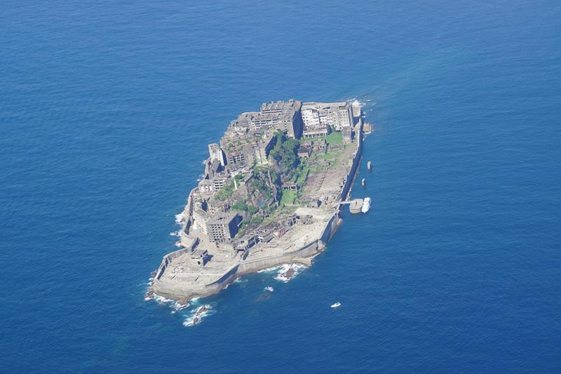 この日は天候に恵まれ軍艦島上空を飛行するルートがとられた