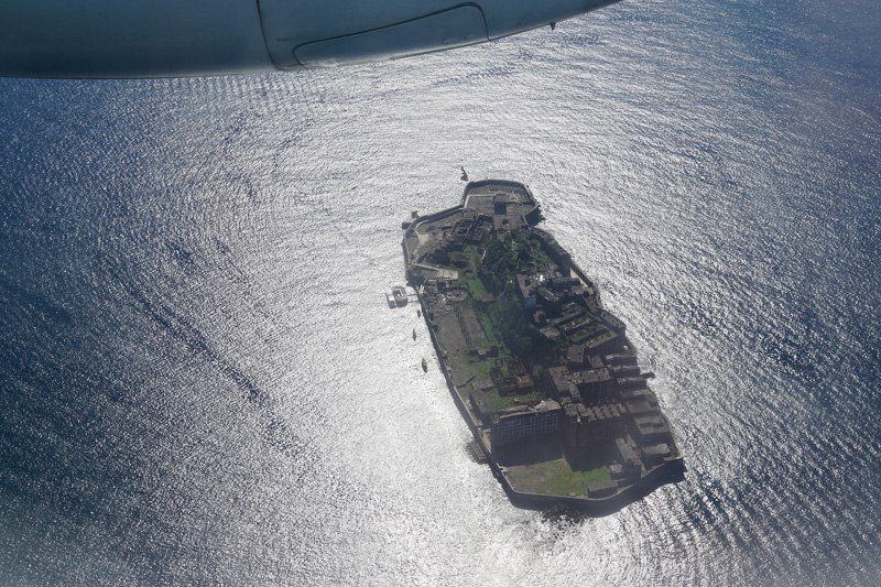 オリエンタルエアブリッジ、同社設立55周年を記念して軍艦島上空を飛行した「遊覧飛行」を実施
