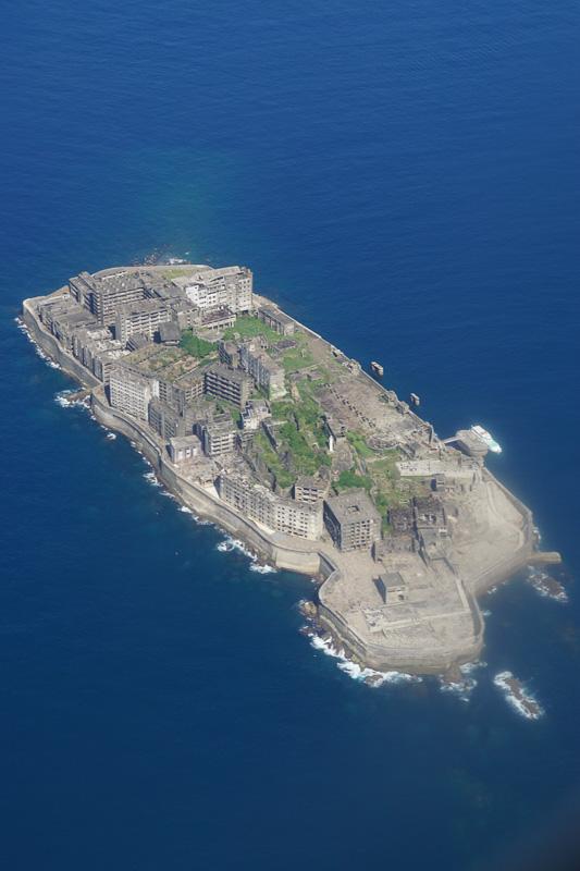 正式名称は「端島」、軍艦島の通称のとおり軍艦に見える