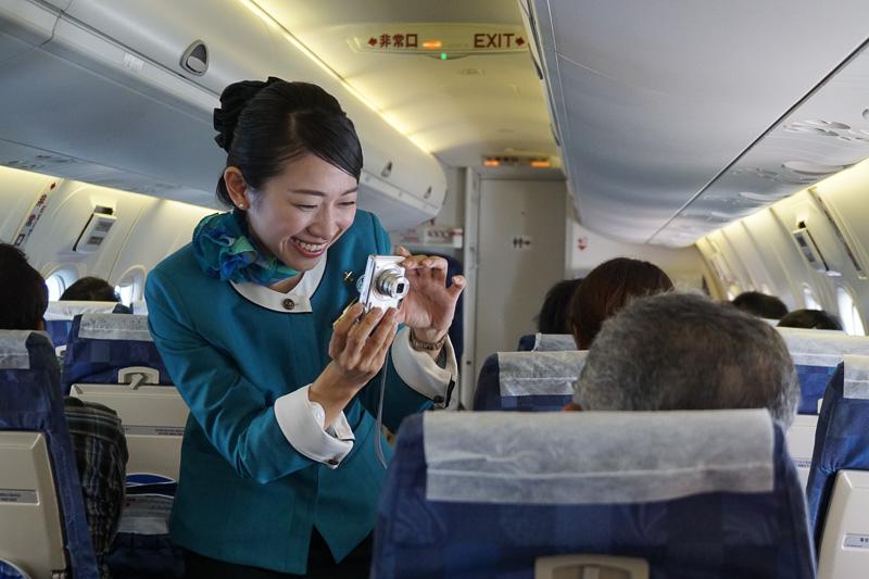 機内ではCA(客室乗務員)による記念撮影も