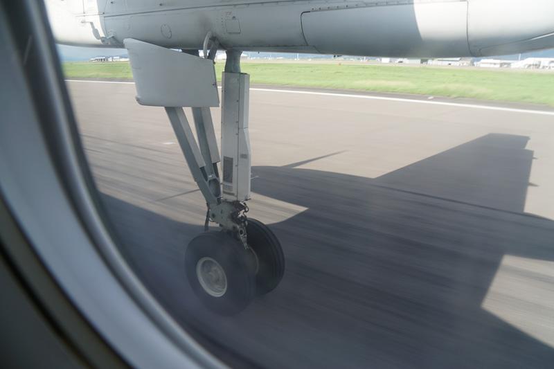着陸態勢に入ったと思いきや、滑走路すれすれを維持する超低空飛行を披露した