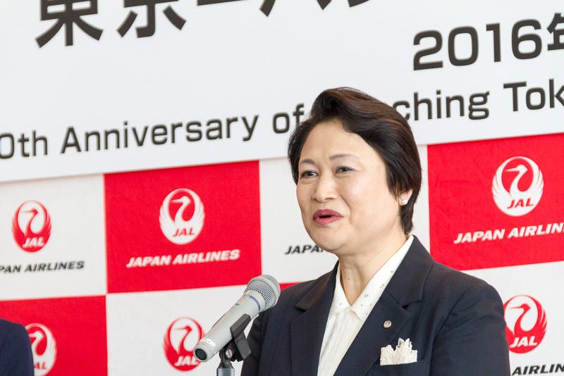 挨拶する日本航空株式会社 執行役員 東京空港支店長の屋敷和子氏