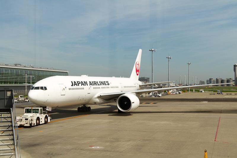 トーイングカーでプッシュバックされながら滑走路に向かう準備をするJL031便、機体はボーイング 777-200ER型機