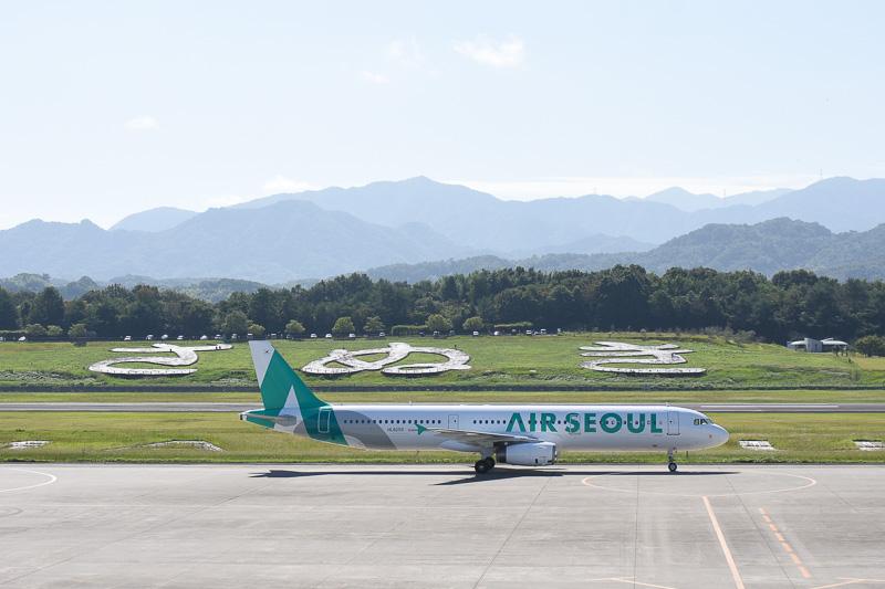 高松空港に到着したエアソウルの日本初就航便