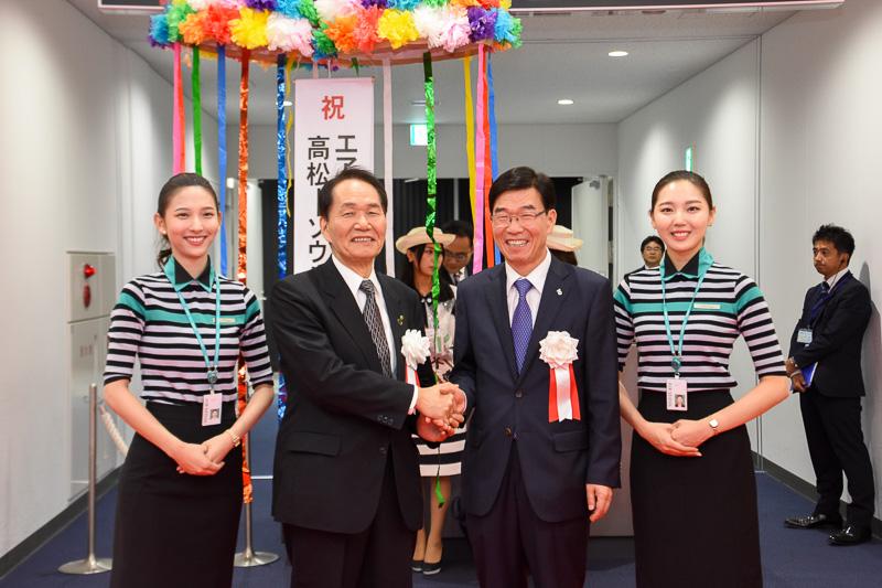 香川県知事 浜田恵造氏(中央左)とエアソウル代表取締役社長の柳光煕氏(中央右)