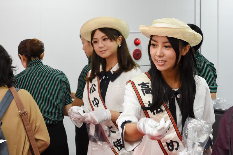 高松ゆめ大使の栗原清華さん(手前)と森夏美さん(奥)による記念品配布