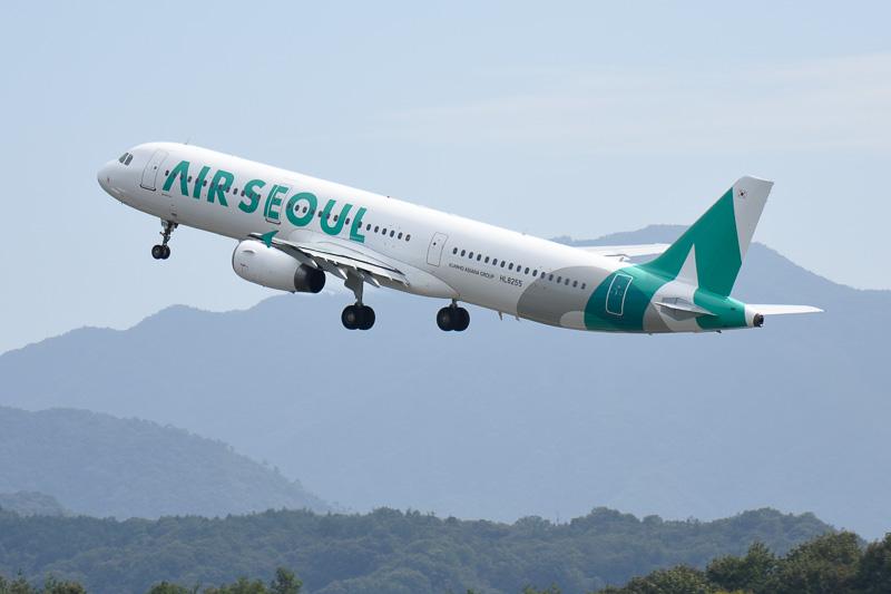 ソウル・仁川空港へ向けて飛び立つエアソウルのエアバス A321型機