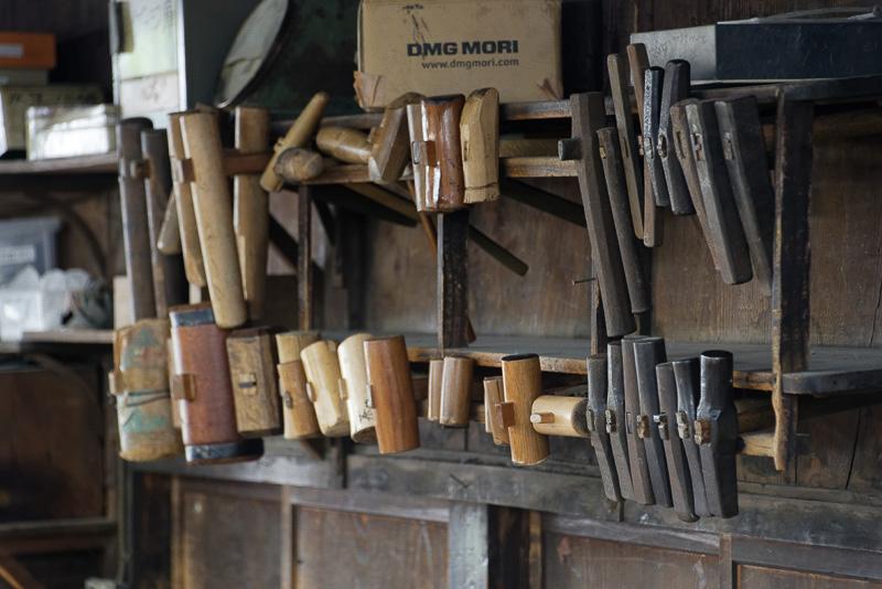 多くの種類の木槌、金槌、さらには当て金と呼ばれる金属を用いてたたいていく