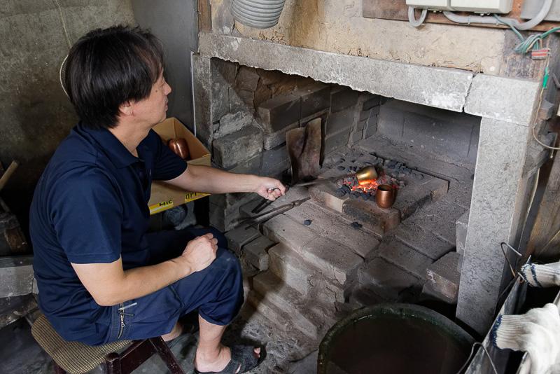 たたき続けると銅は硬化してしまう。そのため、「焼きなまし」して何度も軟化させながらたたいていく必要がある
