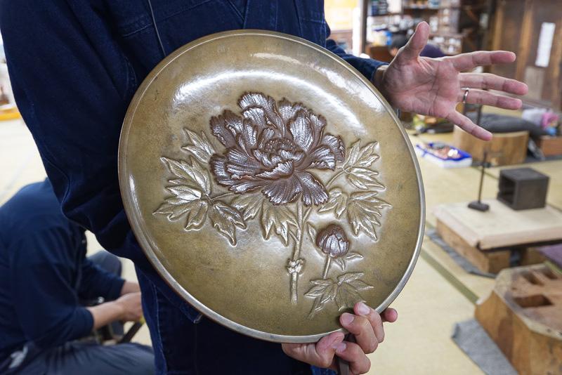 彫金を施した皿。玉川堂では彫金を担当する職人はわずか1名
