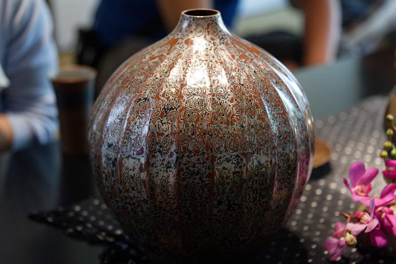 30枚ほどの異種金属を合体させ、部分的に掘り出し、それを圧延して叩き出すことで、木目調のユニークな模様が浮かび上がる「木目金」と呼ばれる技法で作られた壺。これ1つが300万円になるという
