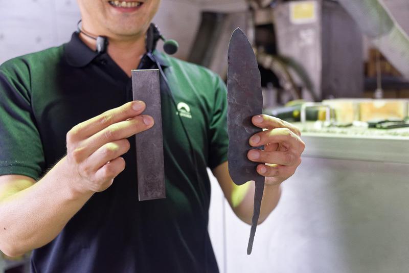 左の金属の板を、ハンマーでたたくことで右の形にする
