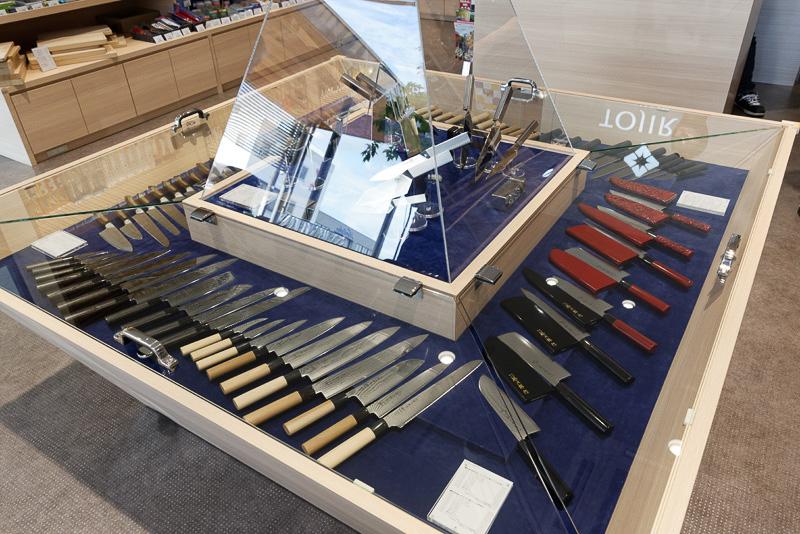 藤次郎ナイフギャラリーで展示、販売されている包丁の数々