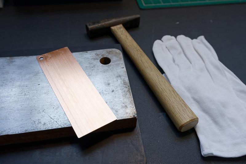 金槌1本で銅板のしおりを作る