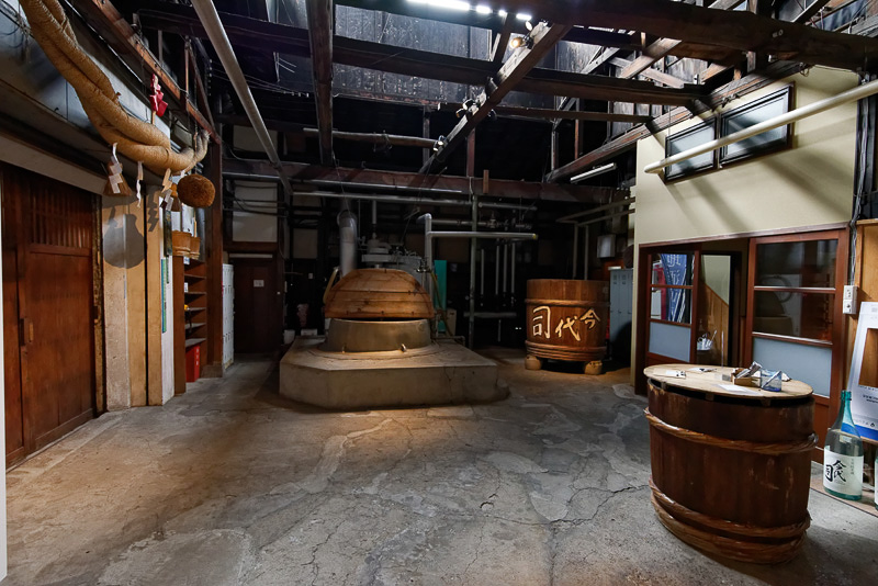 蒸し米用の樽や仕込み用のタンクなどが並ぶ蔵の内部