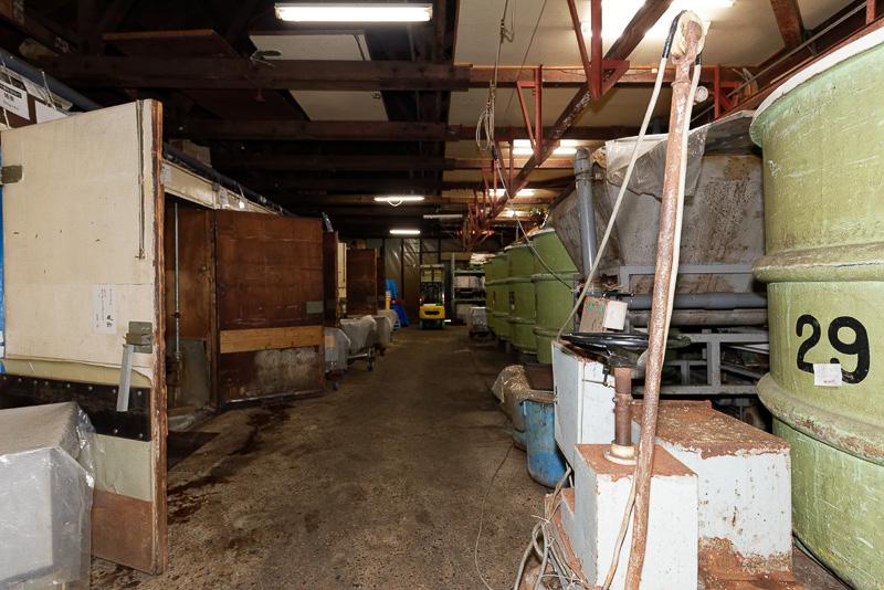 蔵の内部。こちらは温醸庫と呼ばれる場所で、味噌を一定の温度で保管しておくための樽が置かれている