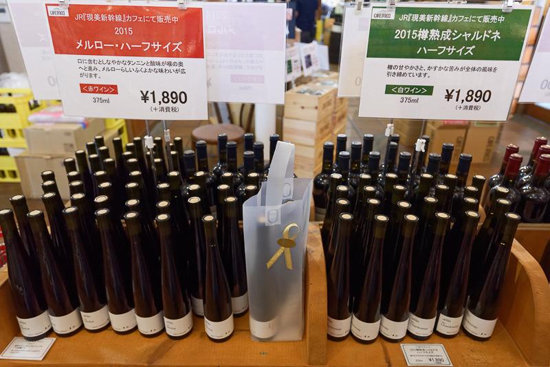 売店にはカーブドッチワイナリーで作られたワインがずらり