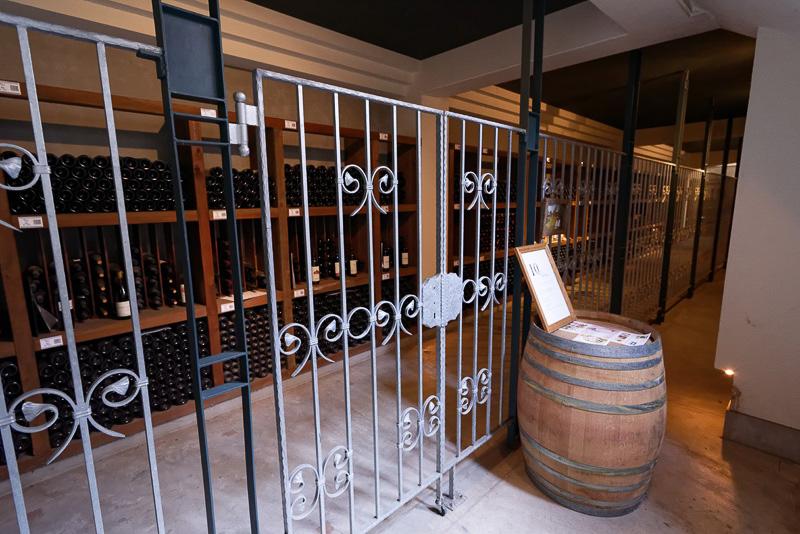 地下ワイン庫にもずらり
