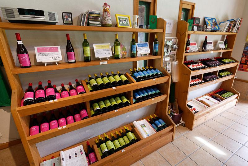 店内に並ぶカラフルなラベルのワイン