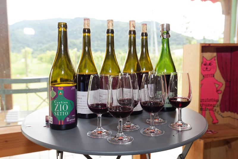 4種類の赤ワイン、2種類の白ワインを無料で試飲できる