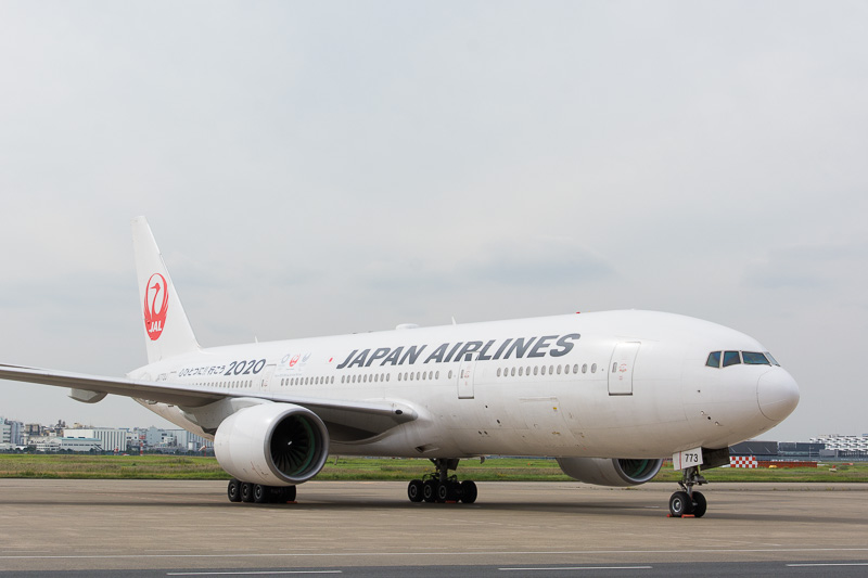JALの「東京2020大会」特別塗装機、登録記号はJA773J。共通ロゴを胴体後方にデザイン