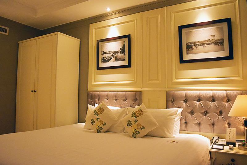 シンプルでセンスのいいお部屋。刺繍入りのクッションがベトナムっぽい