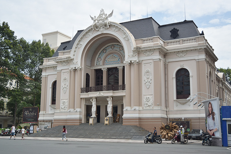 メインストリートのドンコイ通り沿いにある市民劇場。かつてはオペラハウスでした