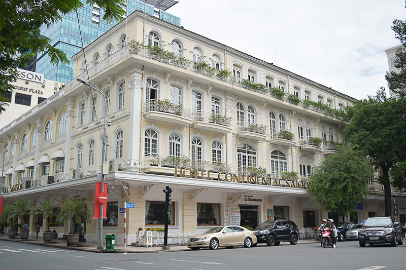 市民劇場のすぐ近くにあるホテルコンチネンタルサイゴンは、白亜の外観が美しいベトナム最古のホテル