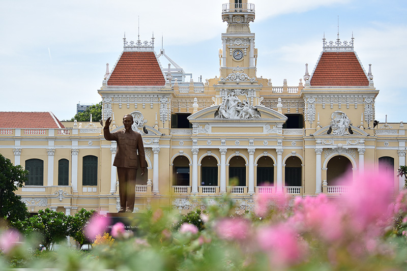 ホー・チ・ミン氏の銅像がある辺りは広場になっていて、記念写真スポット