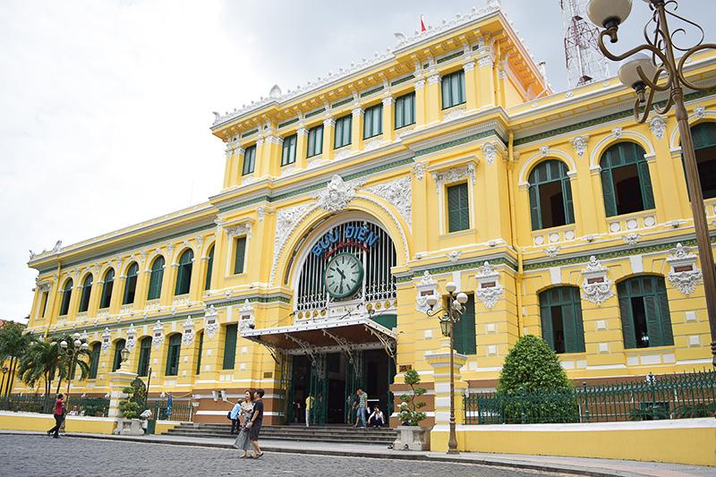 黄色と緑の外壁がとってもかわいいこちらの建物は中央郵便局