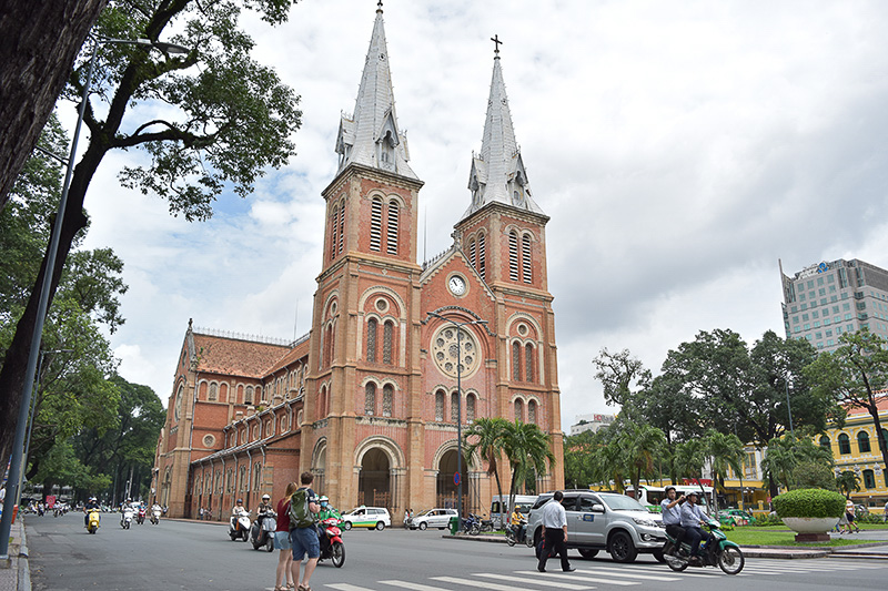赤レンガが美しい聖マリア教会は、中央郵便局のすぐ隣りにあります