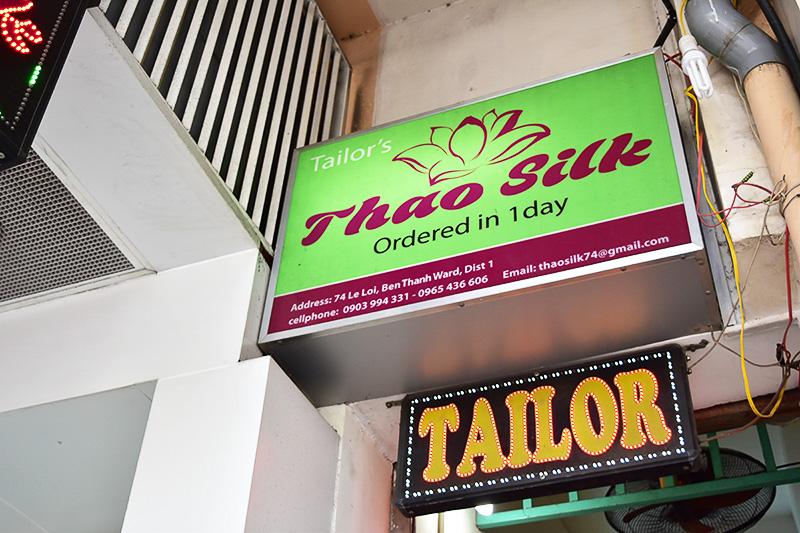 「TAILOR(テーラー)」という看板を掲げているお店でオーダーメイドできます