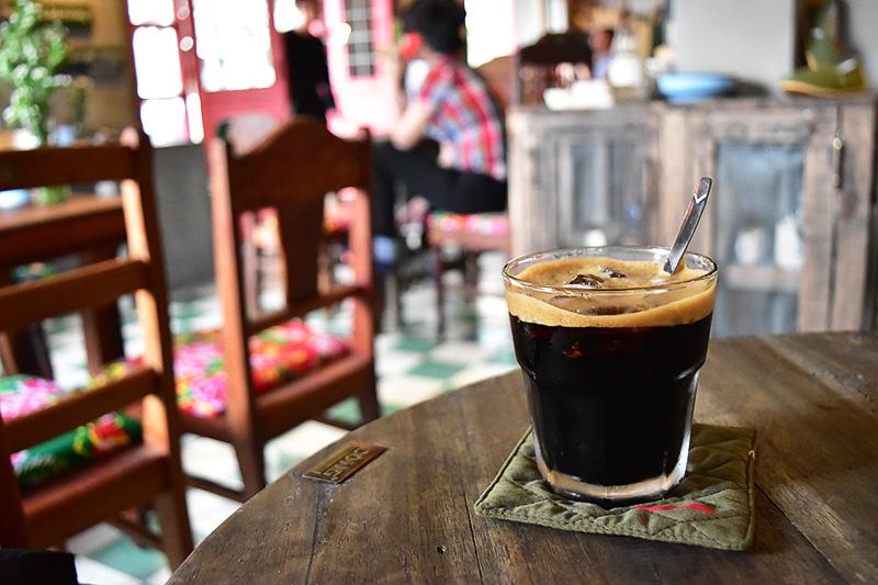 ブラックアイスコーヒー(3万VND=約150円)。ベトナム名物の練乳入りコーヒーではありません