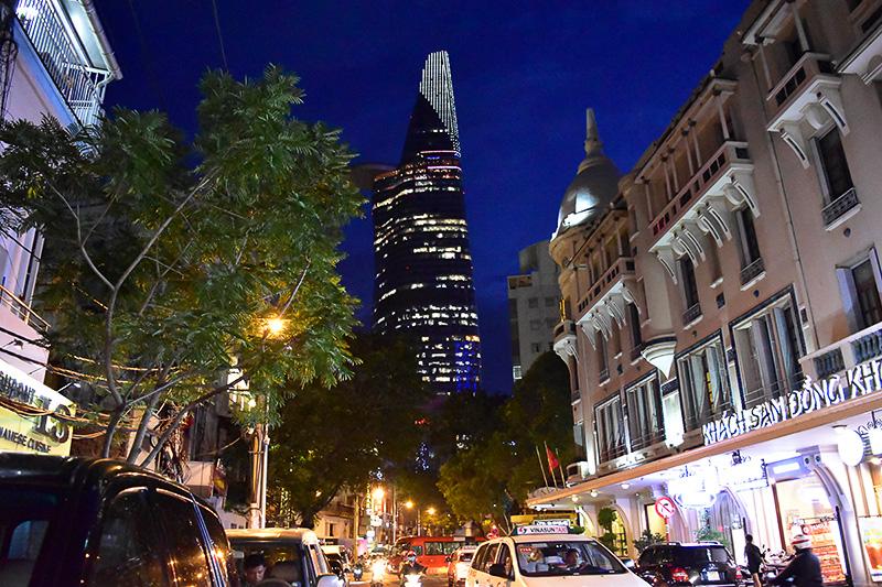 正面の高層ビルはホーチミン一ののっぽビル「ビテクスコ・フィナンシャルタワー」