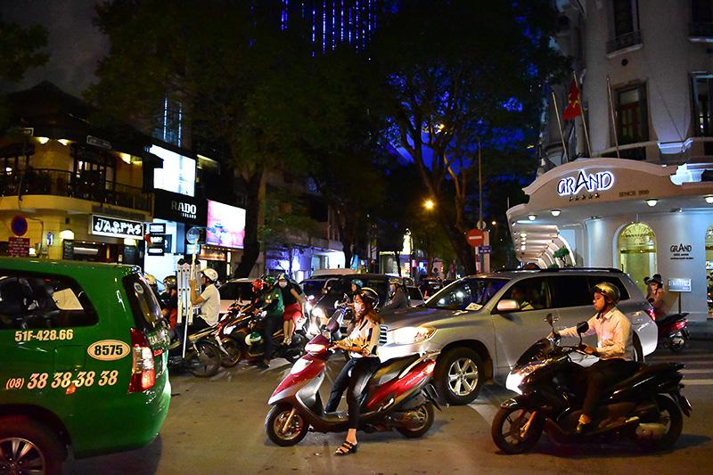 夜の街もオートバイでいっぱい