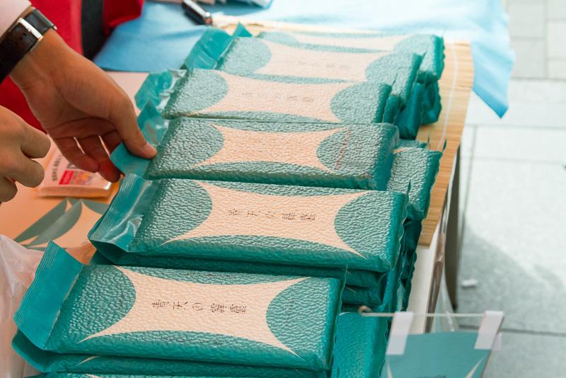 店内で500円以上購入した人には、2合ほどのお試しパックが配られていた
